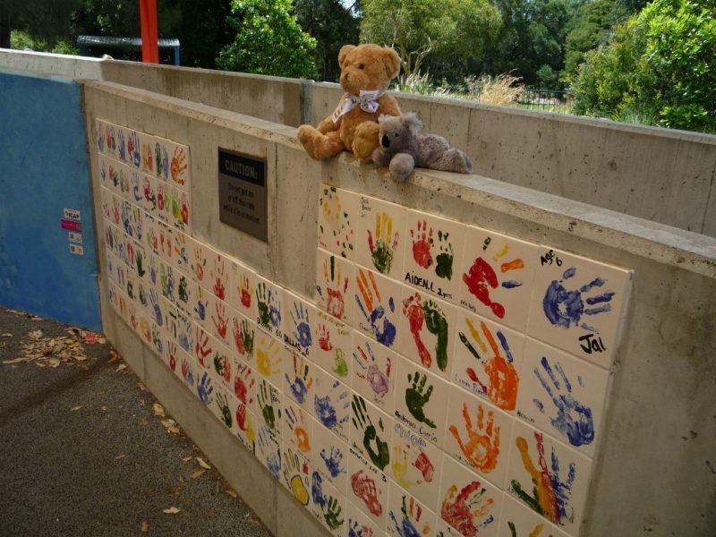 写真:お父さんが子どもたちから取り上げ、壁の上に置いたクマとコアラのぬいぐるみ。並んで子どもたちを見守っているよう