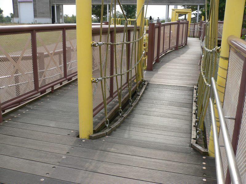 写真:平坦な通路の隣にある吊橋のルート