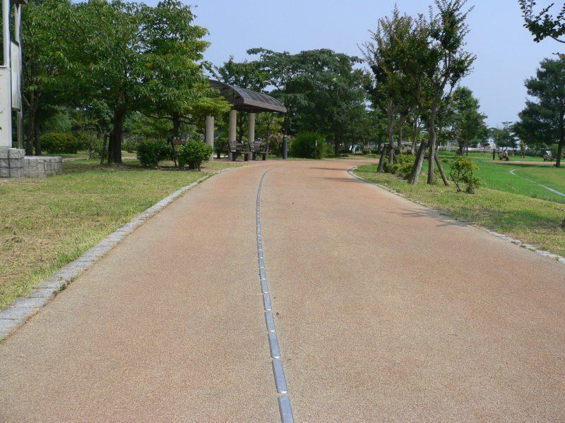 写真:園路の誘導用レール