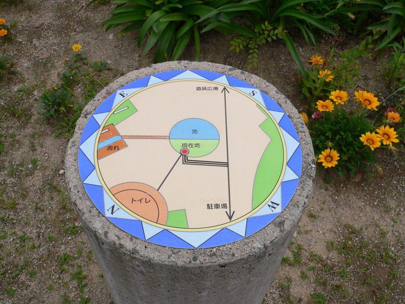 写真:円柱の上の案内図
