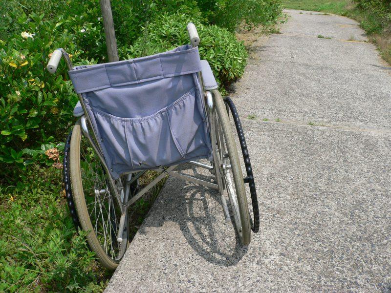 写真:歩道から脱輪した車いす