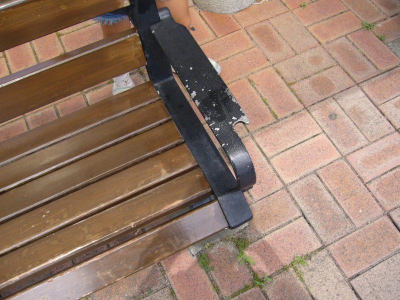 写真:ベンチの肘掛