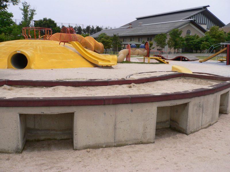 写真:車いすスペースのある砂場