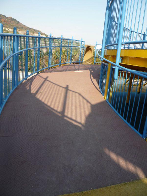 写真:円形の2階デッキに向けて周囲を回り込むように伸びるスロープ