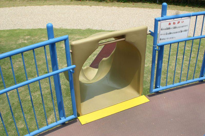 写真:滑り台への開口部。子どもがちゃんと座って滑るようにスタート地点にゲートが設けられているが、転落防止にもなる