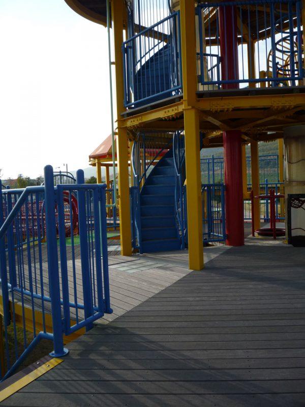 写真:2階デッキ。中央には、さらに上へ上がるためのらせん階段やチューブ状の遊具