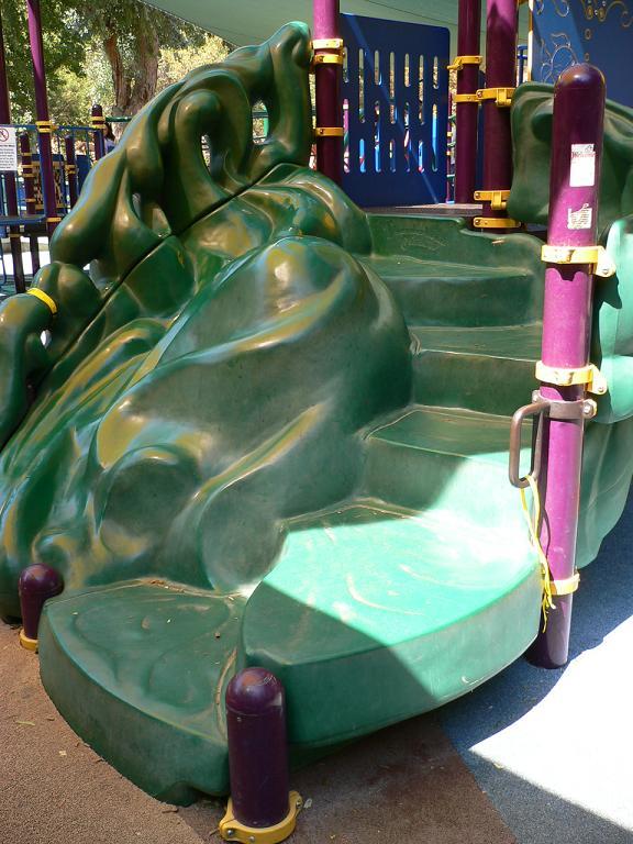 写真:同じく階段だが合成樹脂製。隣にある子どもが這い上がるためのでこぼこした斜面と、一体化されたデザイン