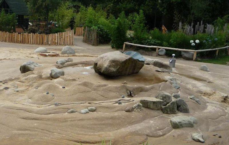 写真:水遊び場。所々に岩が置かれた小さな砂山のようだが、実際は固い地面