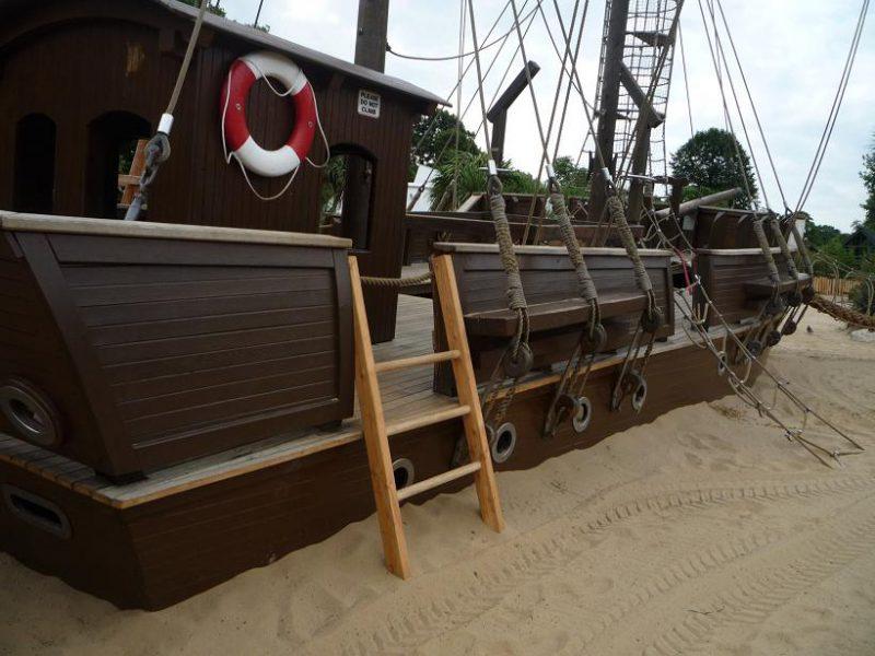 写真:本格的な帆船。デッキには梯子やネットで上る