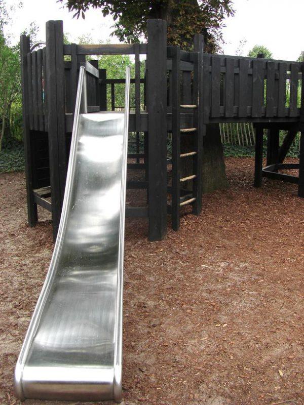写真:大木を取り囲むような形をしたボードウォーク先端のデッキ。ステンレスの滑り台や梯子がある