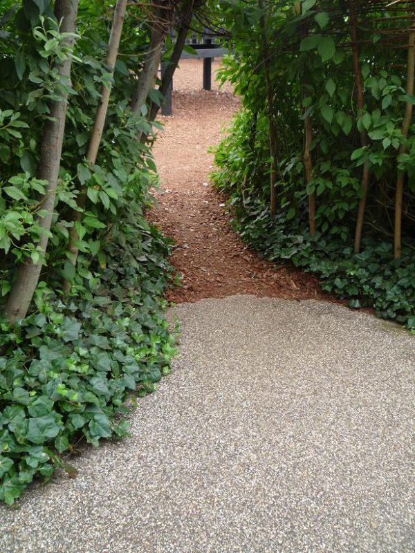 写真:植栽を利用してつくられた小さなトンネル。大人は腰をかがめて通らなければならない