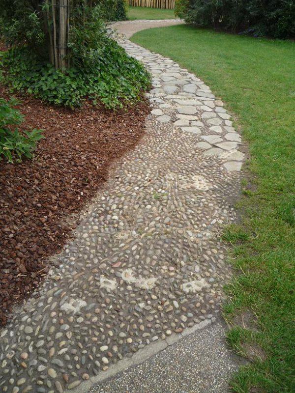 写真:様々な石を敷き詰めてつくられた小道