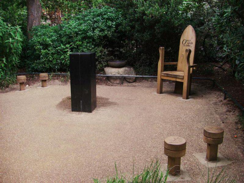 写真:小さなスペースの角に大きな椅子。背もたれに「once upon a time…」と刻まれている。まわりに並ぶ小さな丸椅子と、中央に立つ黒い四角柱