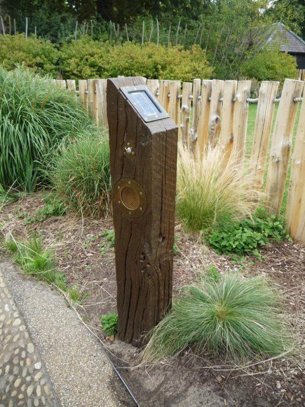 写真:園路の脇に立つ木の柱