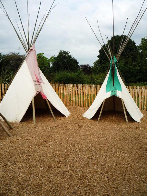 写真:10本ほどの木の柱を円錐形に組んで、外側に布を張ったテント