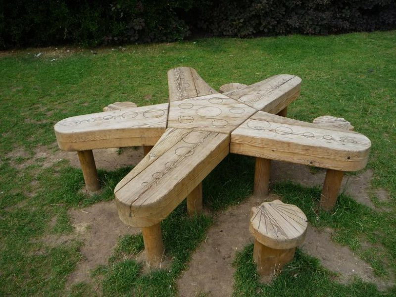 写真:子ども向けの木製ベンチと椅子