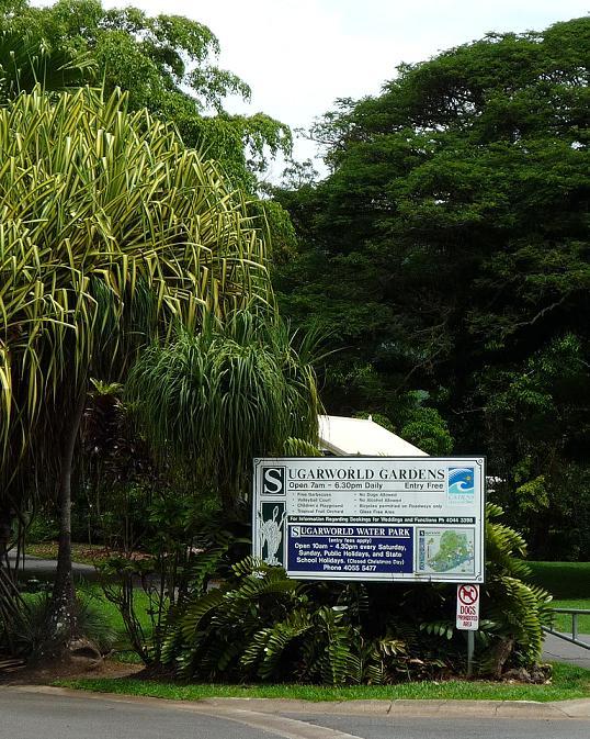 写真:公園の入り口に立つ案内板