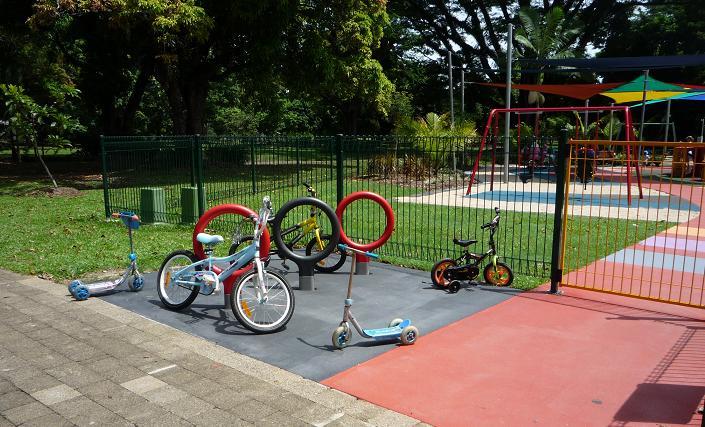 写真:子ども用の自転車置き場に、大きな輪の形をした自転車ラックが3つ