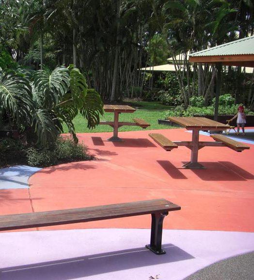 写真:バーベキューエリアの前の広場。車いすもアクセスしやすいピクニックテーブルが並ぶ