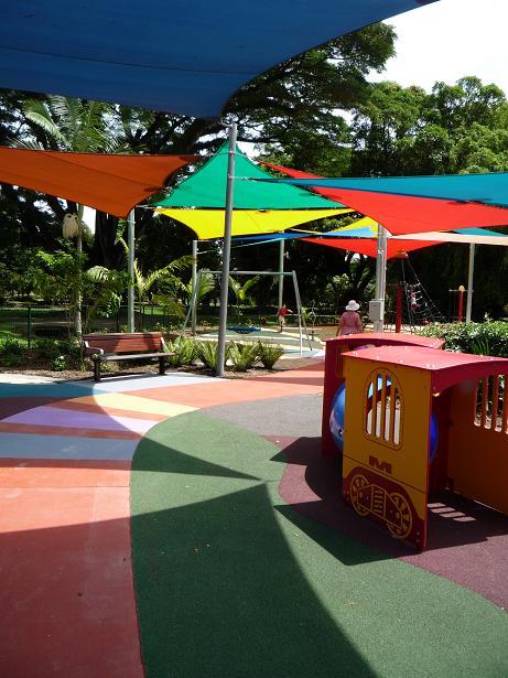 写真:遊び場に何枚も張られた日除けの布。風通しのため、隙間を空けながら張られている