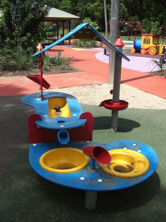 写真:水遊びテーブル。支柱に付いたボタンを押して水を出し、シンクに溜めたり流したりして遊ぶ