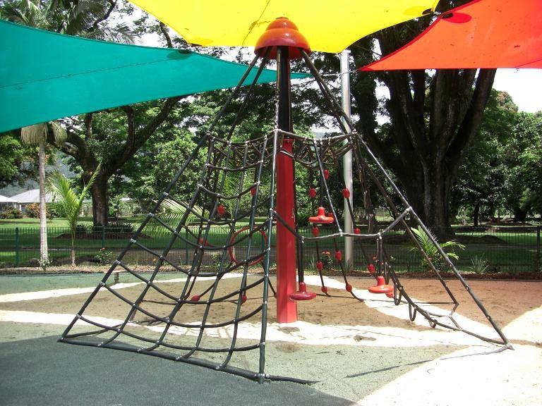 写真:六画垂の形をしたネット遊具