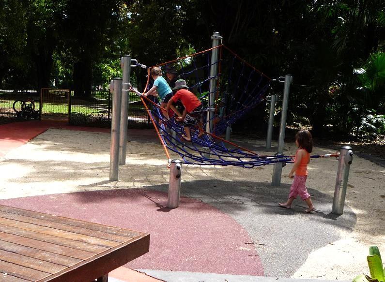 写真:長いネットが張られた遊具に、次々と挑む子どもたち
