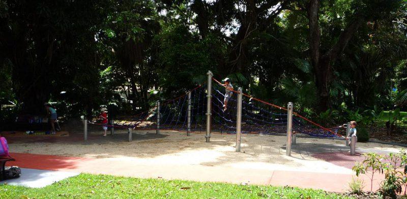 写真:10メートルの長さがあるネット遊具の全景