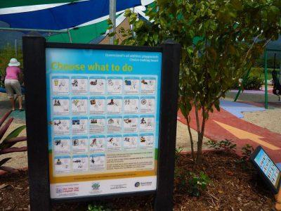 写真:遊び場の入り口に設置された大きな看板
