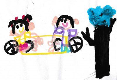 イラスト:車いすに乗った女の子二人が、シーソーで楽しそうに遊んでいる