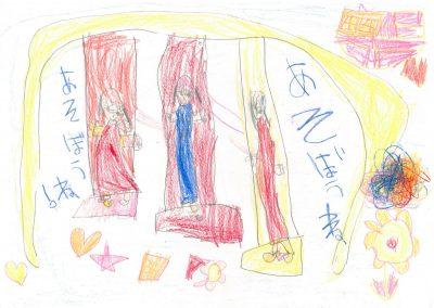イラスト:オレンジと赤と黄色の3つ並んだ背もたれ付きのブランコで、仲良く遊ぶ3人の女の子。絵の隣には「あそぼうね」の文字