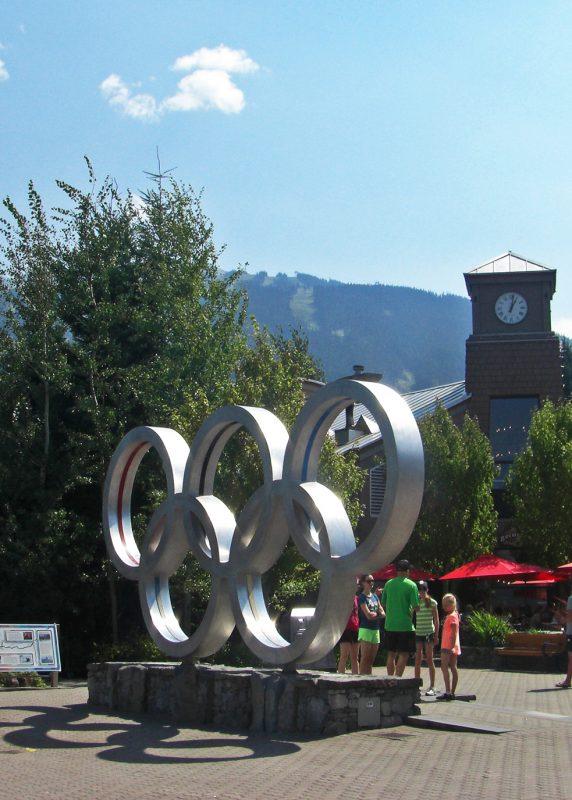 写真:ウィスラーのオリンピックプラザにある五輪のモニュメント