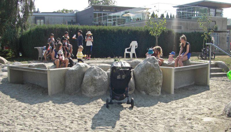 写真:地面から80センチほど高くした扇形の砂場。扇の2つの直線部分は車いすがアクセスしやすいテーブル状になっている