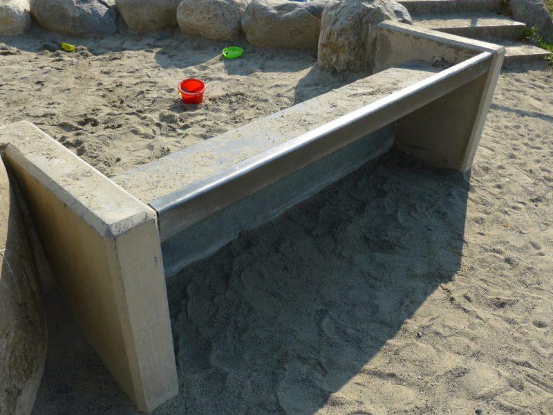 写真:中の砂が減り、かなり低い位置までしかないため、現状ではテーブル側の車いすからは砂に手が届かない
