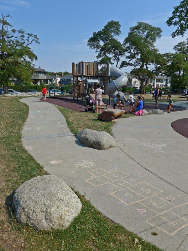 写真:複合遊具周辺の地面。園路にはカラフルなチョークで子どもが描いた絵や石蹴り遊びの枠
