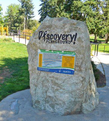 写真:遊び場の名前が刻まれた石碑。インクルーシブな公園の解説や寄付者のリストを記したプレート付き
