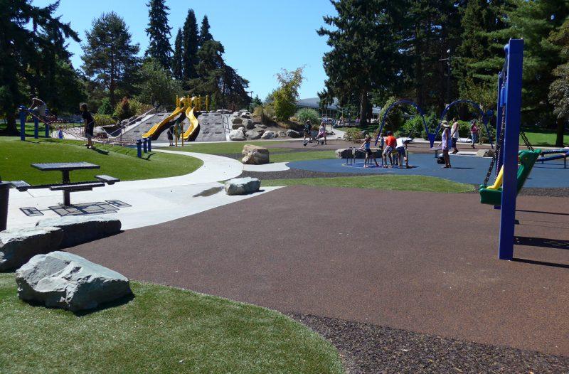 写真:遊び場。地表面材の感触の違いが、園路やエリアを認識する手掛かりに