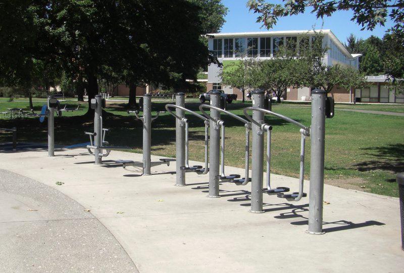 写真:健康増進や軽い運動のためのエリア。二つのペダルに乗り歩く動作をする器具などが並ぶ