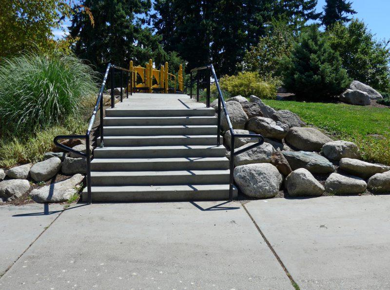写真:両側に手すりの付いた幅広の階段が8段