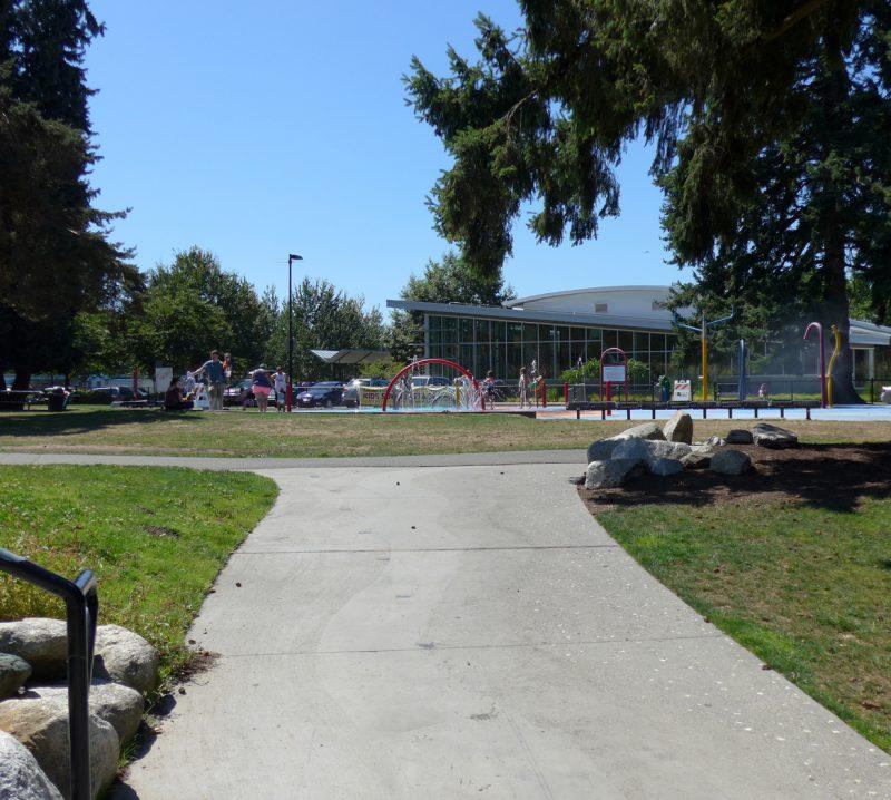 写真:スプラッシュ・パッドの遠景。その奥には駐車場や建物