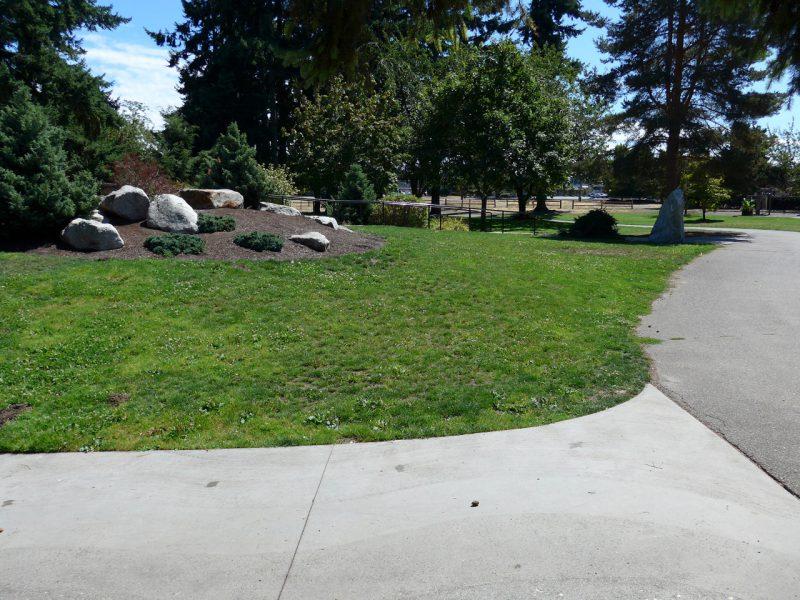 写真:築山の裏側。近くの駐車場からフラットでアクセスできる