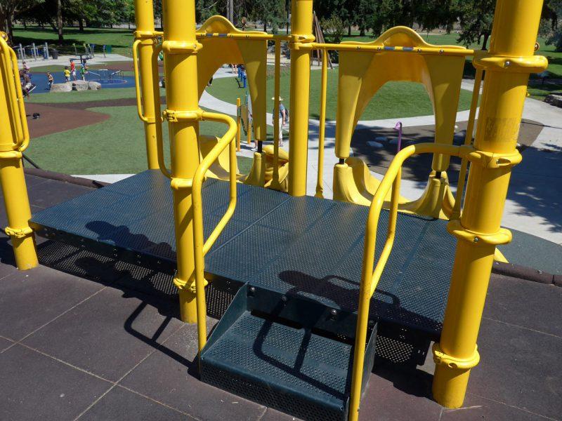 写真:斜面に配された2つの滑り台の上。滑り出し口のプラットフォームは一畳ほどの広さがあり片側に階段