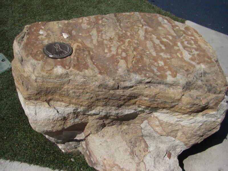 写真:茶色と白の層を成し滑らかな堆積岩