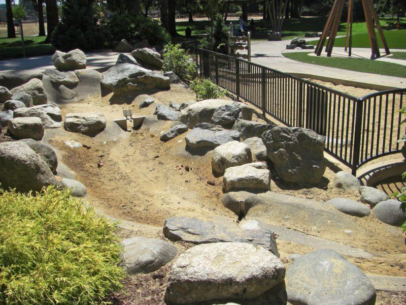 写真:川の両岸には多くの岩や植栽が配されている