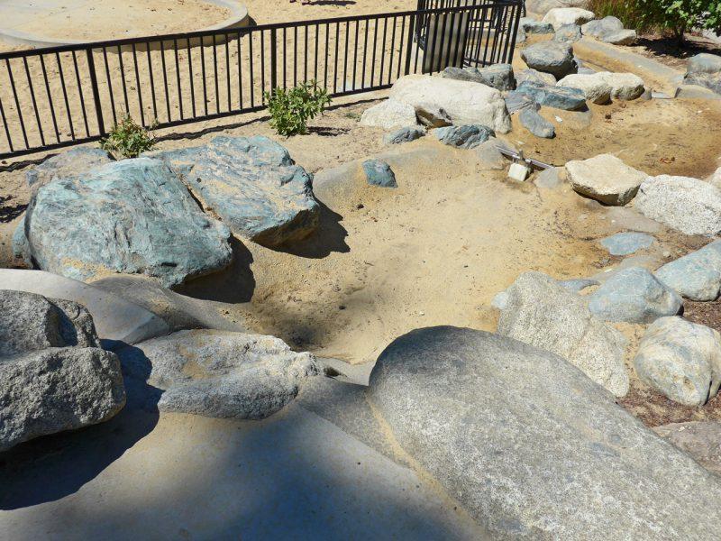写真:簡単な堰の仕掛け。川底には全体に砂が溜まっている