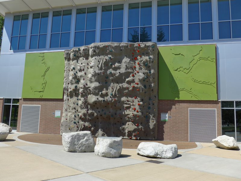 写真:体育館のような建物の外観