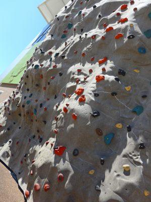 写真:外壁の一部に設置されたウォール・クライミング設備。複雑な岩肌で高さは7メートルほど