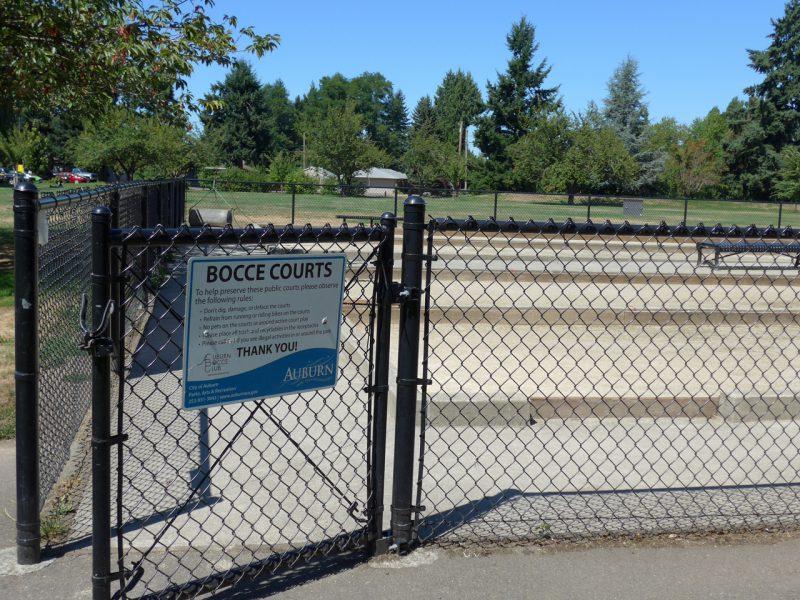 写真:フェンスで囲まれたコート。20メートルほどの細長いレーンが4本並ぶ
