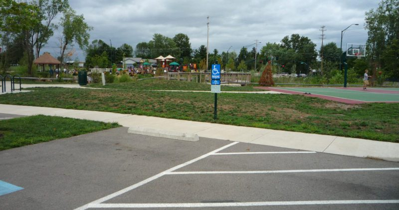 写真:障害者用駐車スペースと奥のバスケットコート
