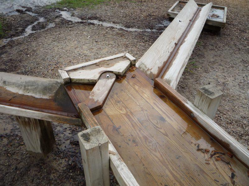 写真:筧の分岐点。片側への水を堰き止められる簡単な仕掛けがある